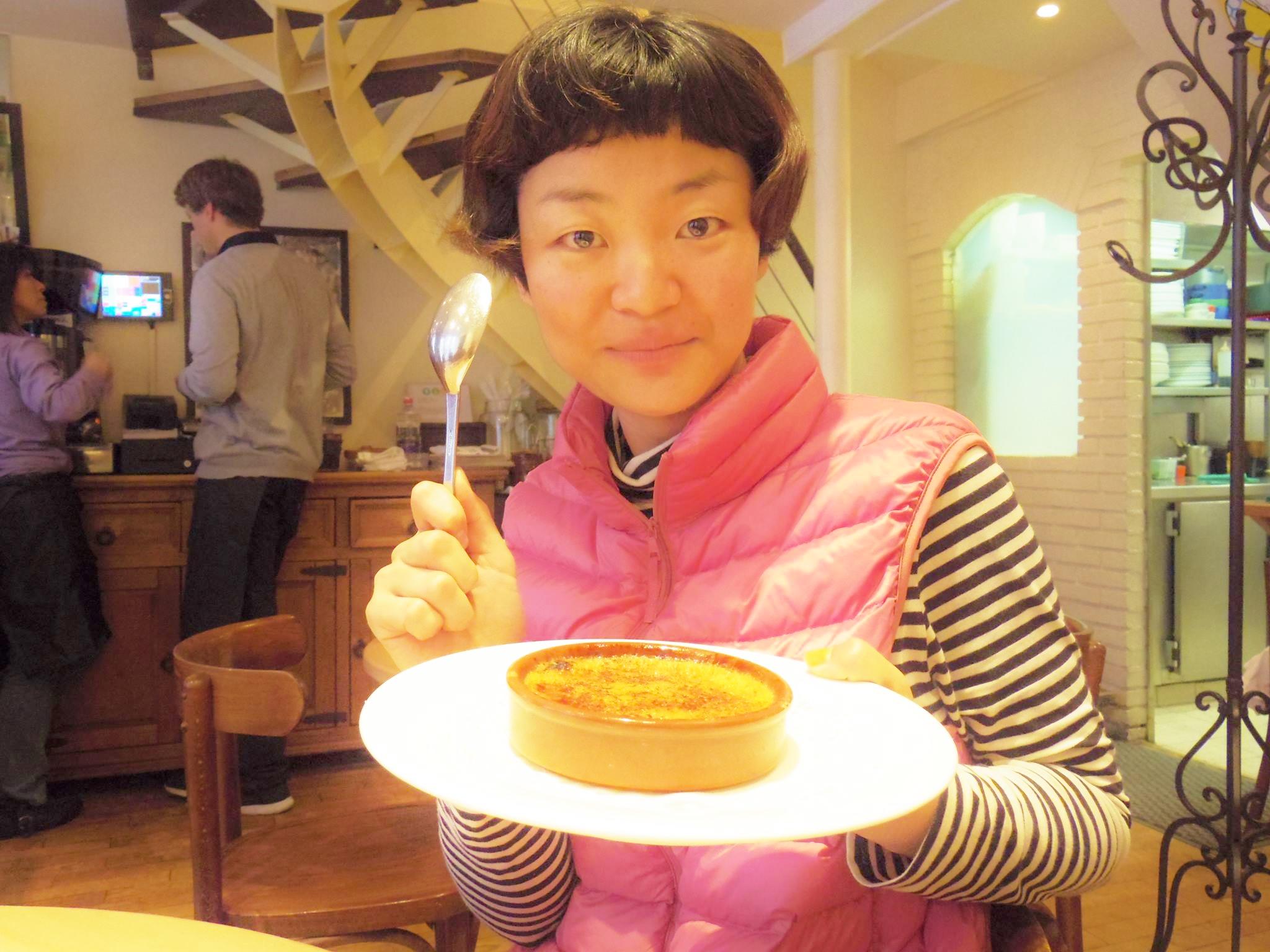 フランス・パリでクレームブリュレを食べる筆者