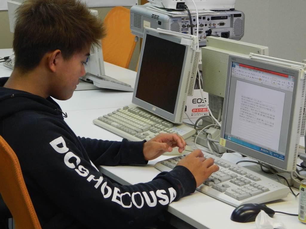 学校のパソコンを使ってレポートを書く時間も