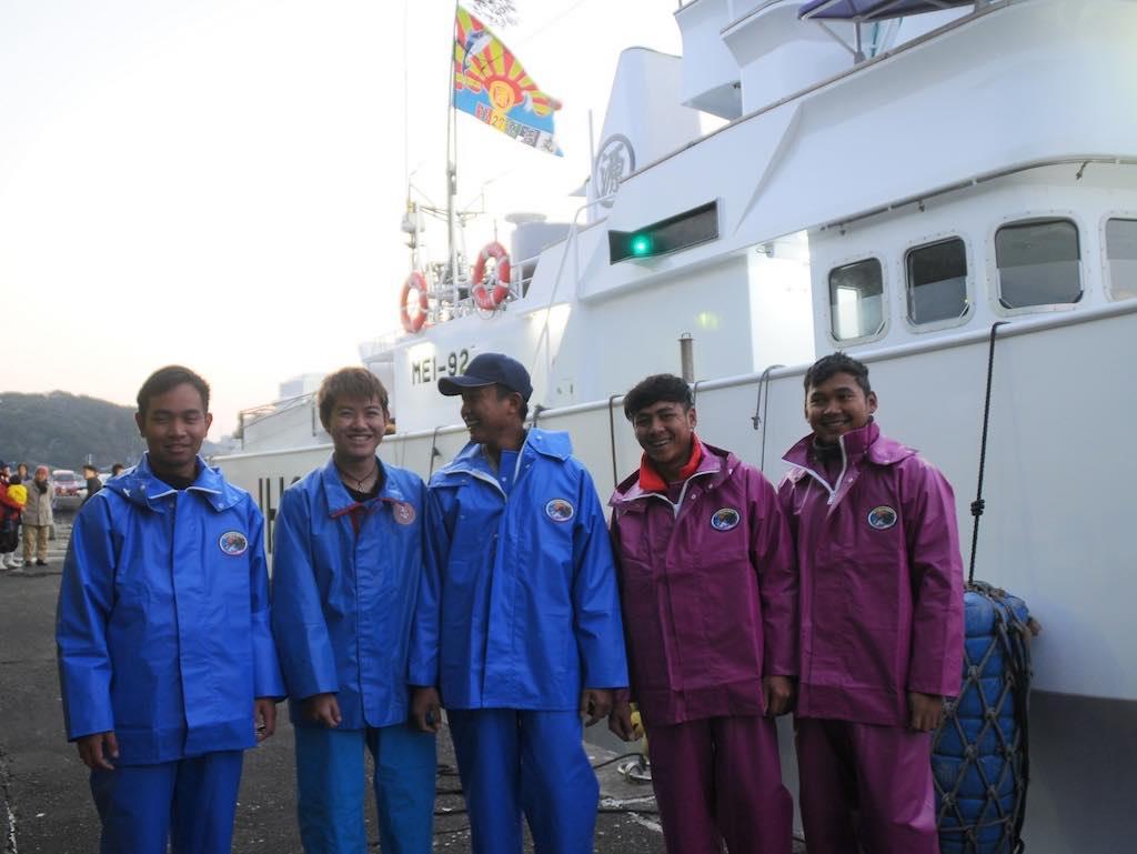 高校1年生、和具漁港から出港する中島さん(写真・左から2番目)